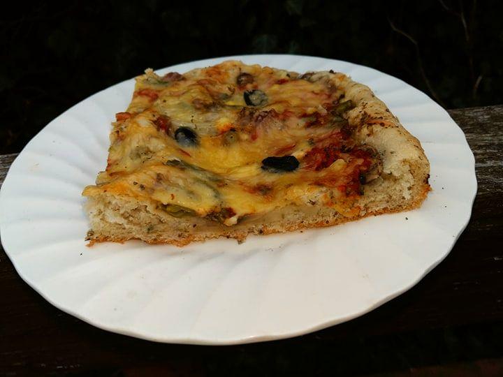 pizza z fetą i oliwkami